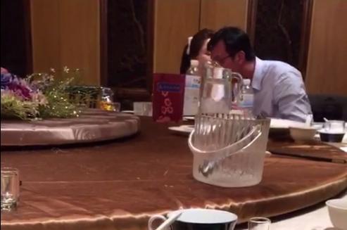 吳志剛(右)與李婉鈺( 左)臉貼臉、身靠身,十分親密。