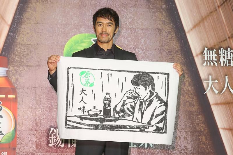 阿部寬現場體驗版畫拓印,展現「大人味」的拓印畫。