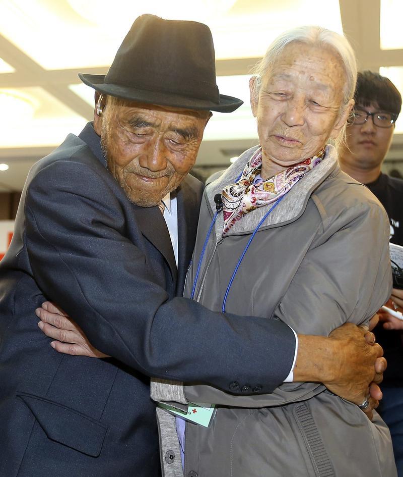據一份最新研究報告,老年喪偶,南韓人最憂鬱。圖為2015年10月,一對離散的南北韓夫妻重聚。(東方IC)