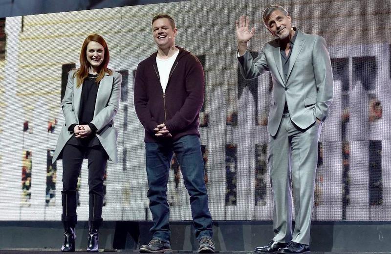 喬治克隆尼(右)導演新片《Suburbicon》,與好友麥特戴蒙(中)、茱莉安摩爾合作,週二於戲院博覽會上亮相。