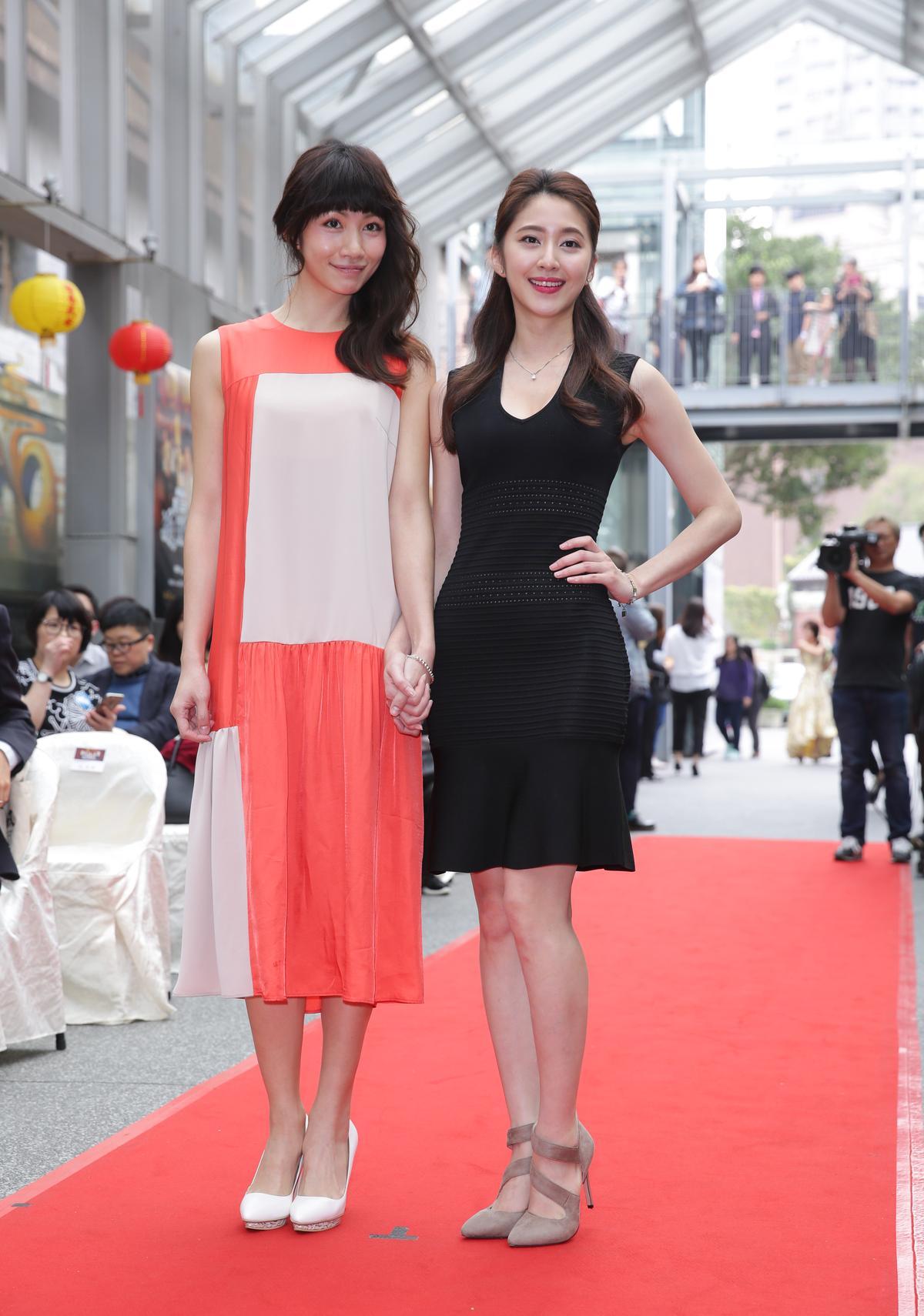 李千娜在劇中飾演來求神問卜的大明星,並秀了一手自彈自唱;謝翔雅也以26歲之齡演出高中生。