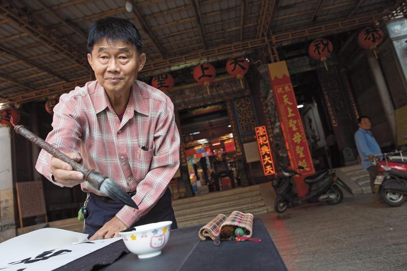 劉崑泉早年受母親壓迫,長年負擔家計,直到退休後,重拾藝術創作,還考上街頭藝人,跑去各古蹟擺攤,寫書法或是表演樂器。