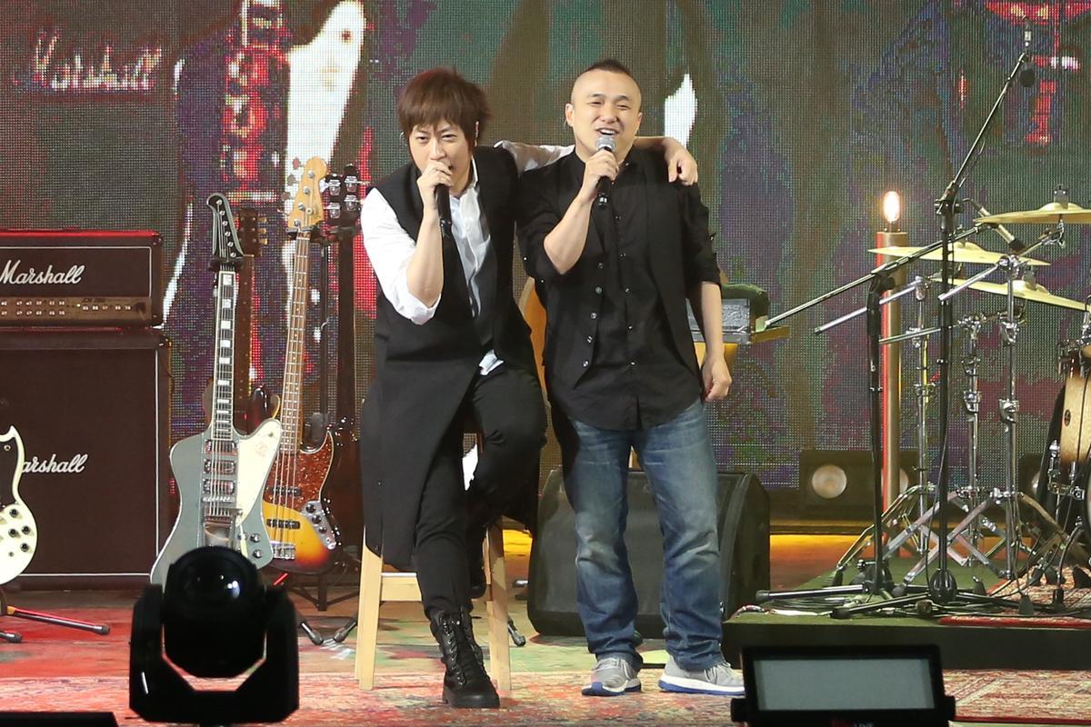 脫拉庫樂團主唱國璽上台脫稿演出,讓五月天笑翻。