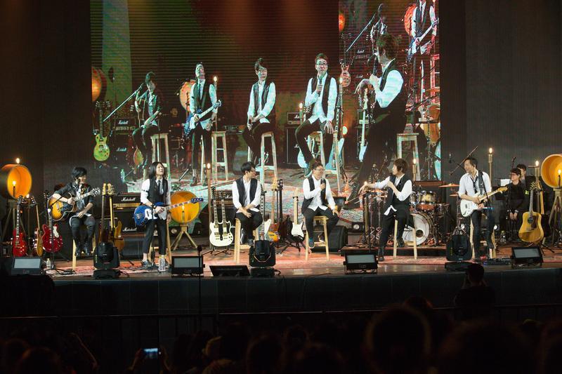 五月天重返大安森林公園開唱,經典曲目從第一張專輯開始唱起。