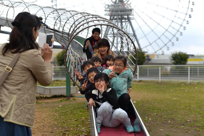 一群小孩在大阪萬博紀念園遊玩。(東方IC)