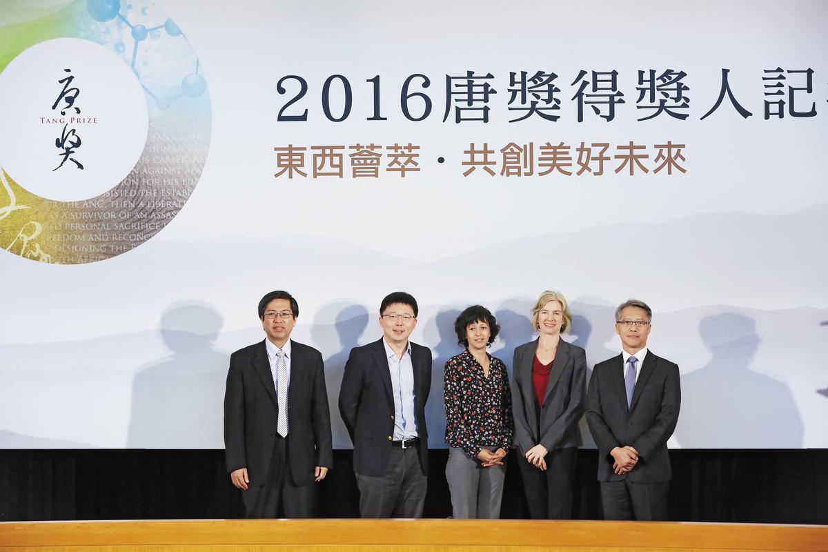 去年唐獎基金會邀請生技醫藥獎的3位得主來台領獎,當時中研院院長廖俊智(右1)還有出席,但其實中研院內部已經醞釀要與尹衍樑的唐獎保持距離。