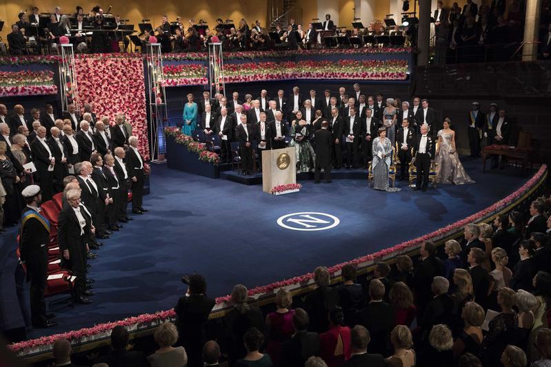 諾貝爾獎每年10月公布物理學、化學、生理學或醫學、文學、和平、瑞典銀行經濟學獎。圖為2016年頒獎會場。(東方IC)
