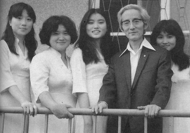 熱愛文學的劉慕沙女士(左二)與作家朱西甯育有3位女兒,朱天文、朱天衣、朱天心都是作家。(翻攝自朱天衣微博)