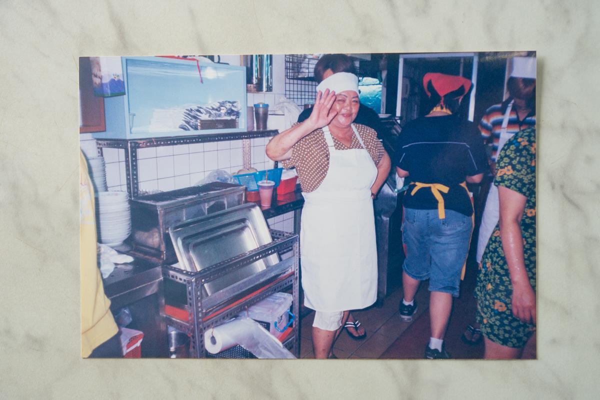 已經過世的「冰雪冷飲部」老頭家嬤賴簡鳳嬌,賣冰打天下,也是夜市公道婆,曾有角頭沿街打架,經過店門口還先喊暫停,因為「大哥有交代」不能砸店。(冰雪冷飲部提供)