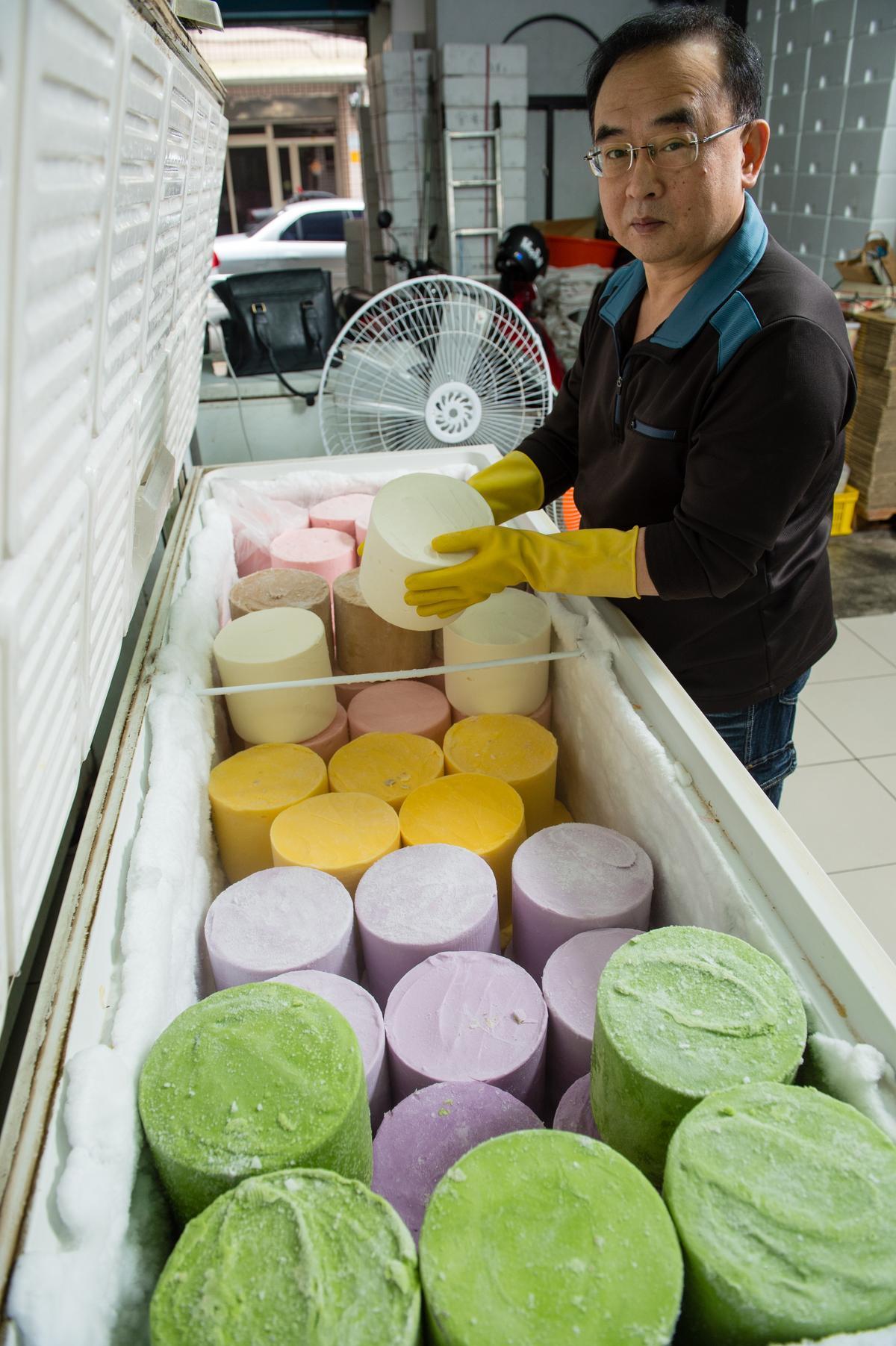 「冰雪冷飲部」的風味冰磚全都自製,生意最好時一天可以賣出240磚,工作人員一整天端出1700多盤雪花冰穿梭店裡,忙到不可開交。
