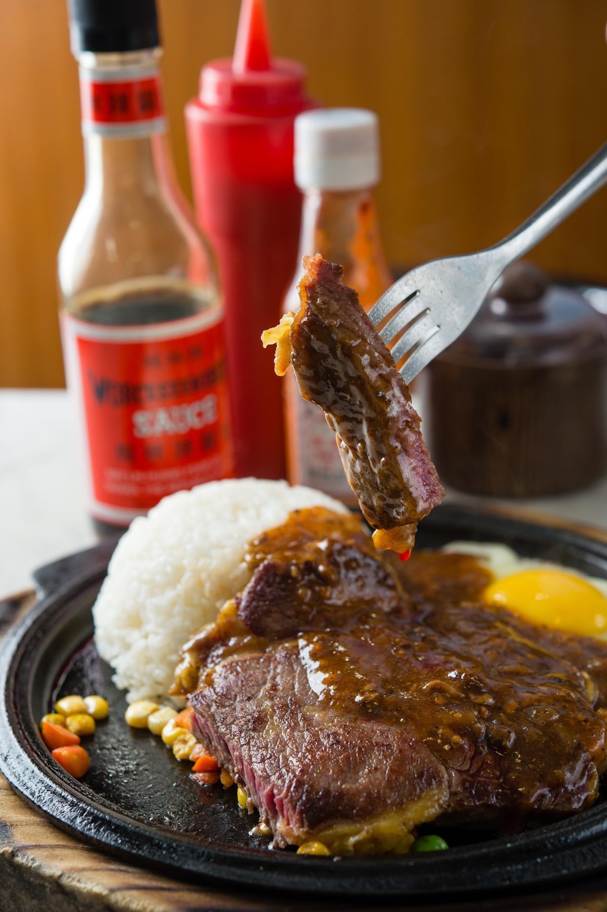 熱燙上桌還發出「煞斯煞斯」聲音的「6盎司沙朗牛排飯」,牛排表面赤赤,油筋細彈,還搭配白飯就怕客人沒吃飽,超澎湃的台式牛排讓人好滿足過癮。(160元/份)