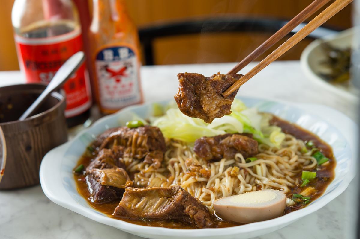 牛肉Q嫰帶嚼感的「牛腩拌麵」醬香油鹹,巧搭高麗菜去膩。(110元/份)