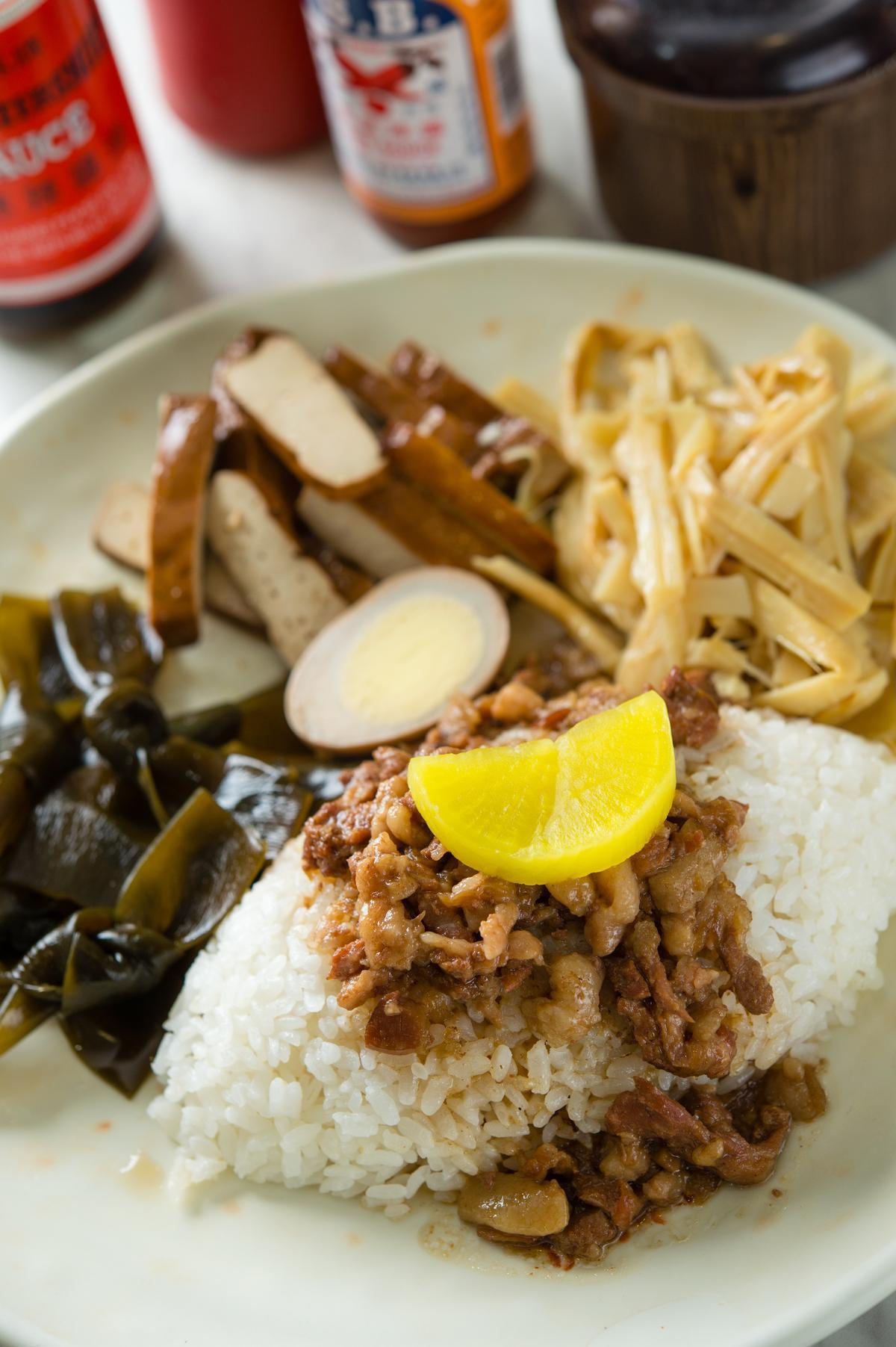 「魯肉飯套餐」直接附上小菜三寶-豆干、滷蛋和海帶,是學生族群的最愛。(60元/份)