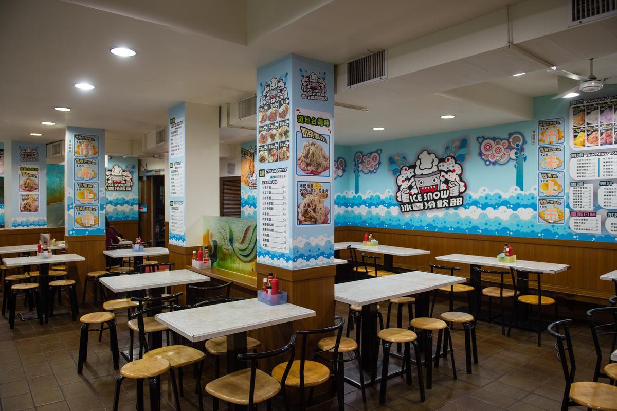 今年43歲的「冰雪冷飲部」老空間已不復見,現在壁面上貼滿卡通化商標和菜單,位在夜市旁的冰菓室親切有台味,自成一格的氣味,歡迎各式的客人隨時來呷燒也呷冰。