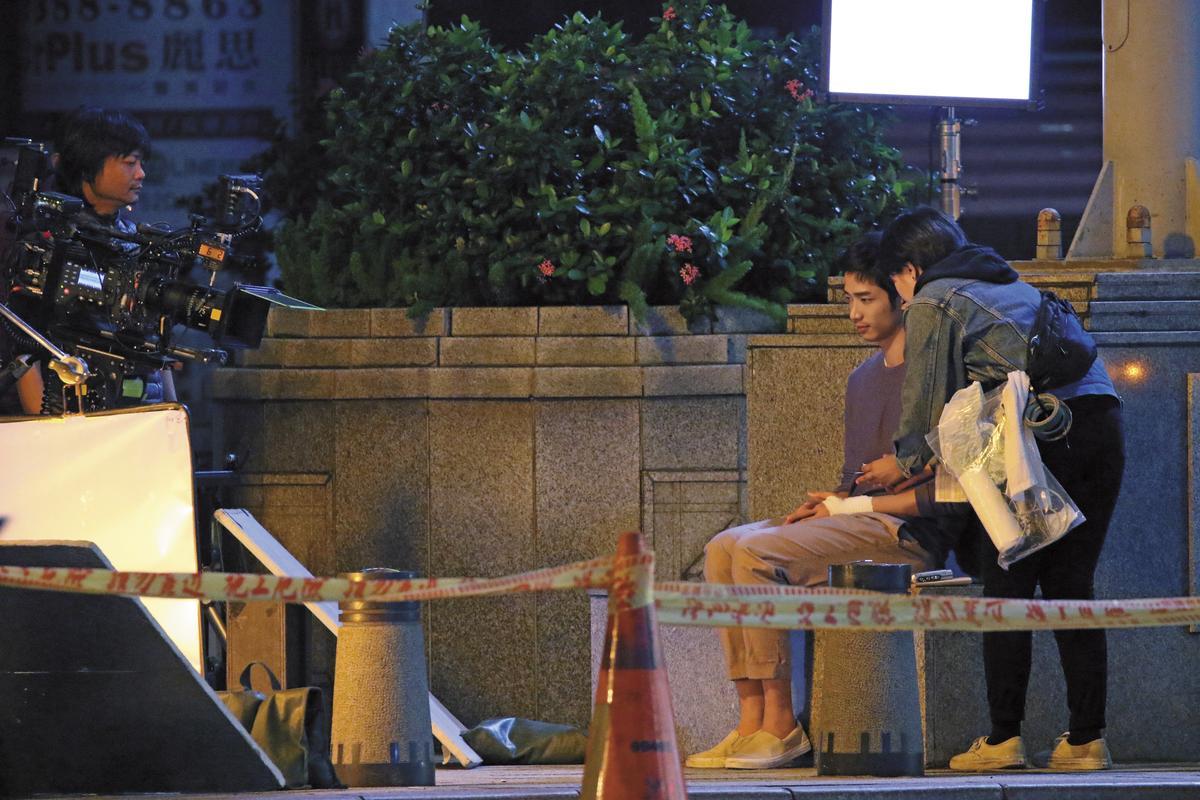 日夜顛倒的拍攝工作,讓劉以豪在休息時忍不住放空,臉部表情呆滯。