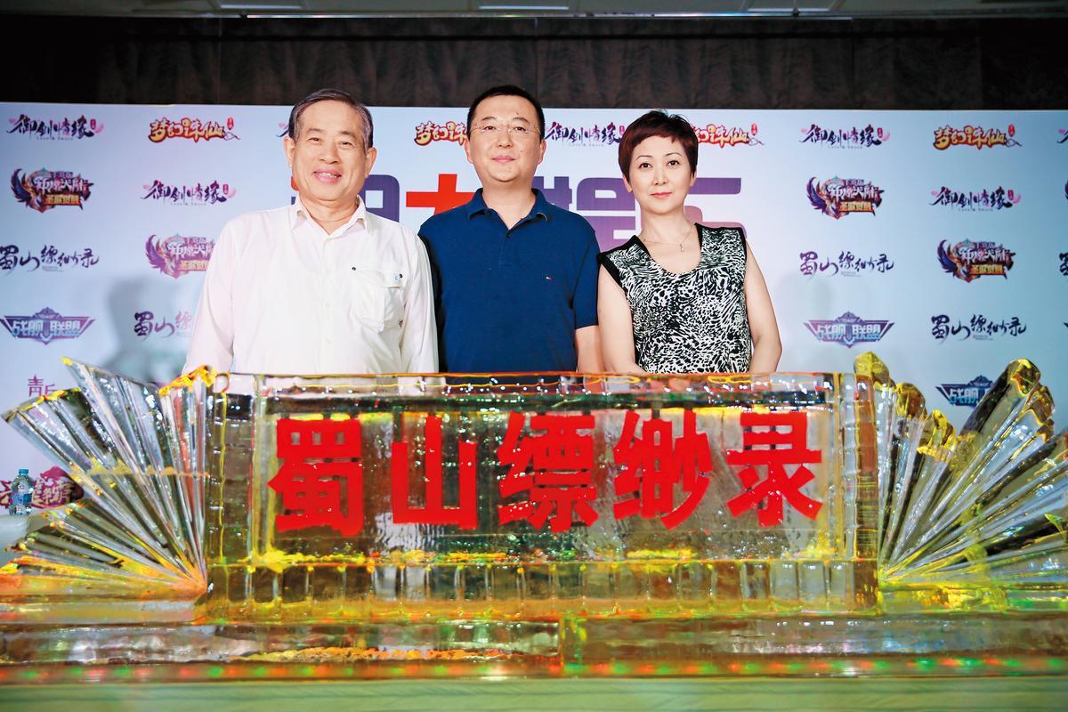 「遊戲新幹線」董事長王俊博(左起)、 「祖龍娛樂」執行長李青與「得藝文創」執行長錢幽蘭,在上海舉辦記者會宣布三方合作《蜀山縹緲錄》。(得藝文創提供)