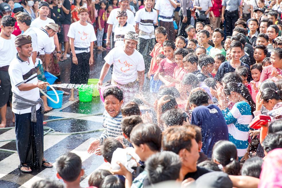 節慶開始之前,民眾會先在路邊潑水玩水。