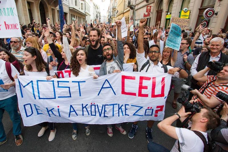匈牙利師生上街,抗議總理奧爾班的整治外國在匈大學新法案。