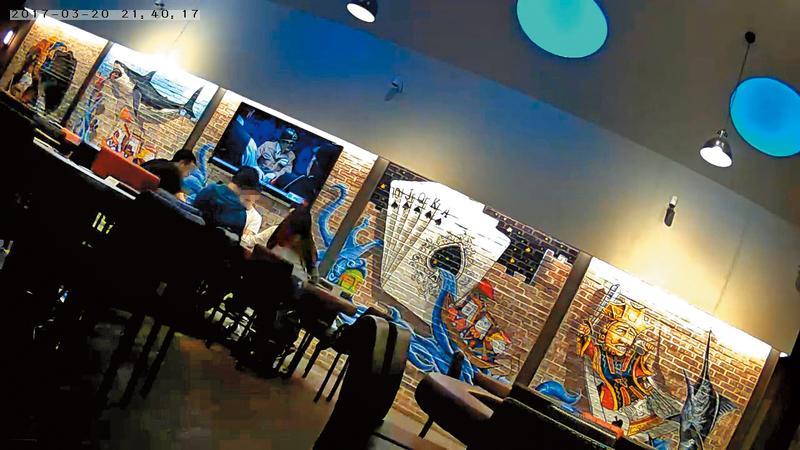 Raise標榜是德撲主題餐廳,店內壁畫、擺設、紀念商品,都脫離不了撲克風格。