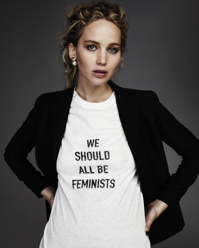 珍妮佛勞倫斯身為品牌彩妝代言人,早早已經把T-Shirt穿上身。(品牌提供)