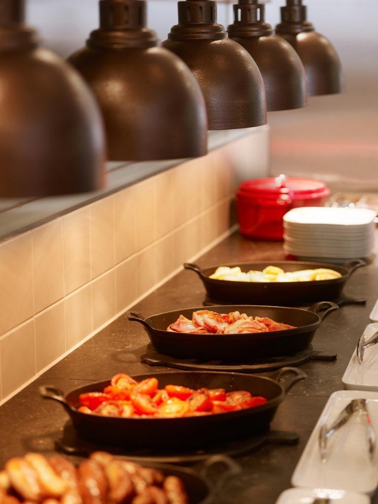 citizenM的酒吧餐廳「CanteenM」提供24小時服務新鮮美食。
