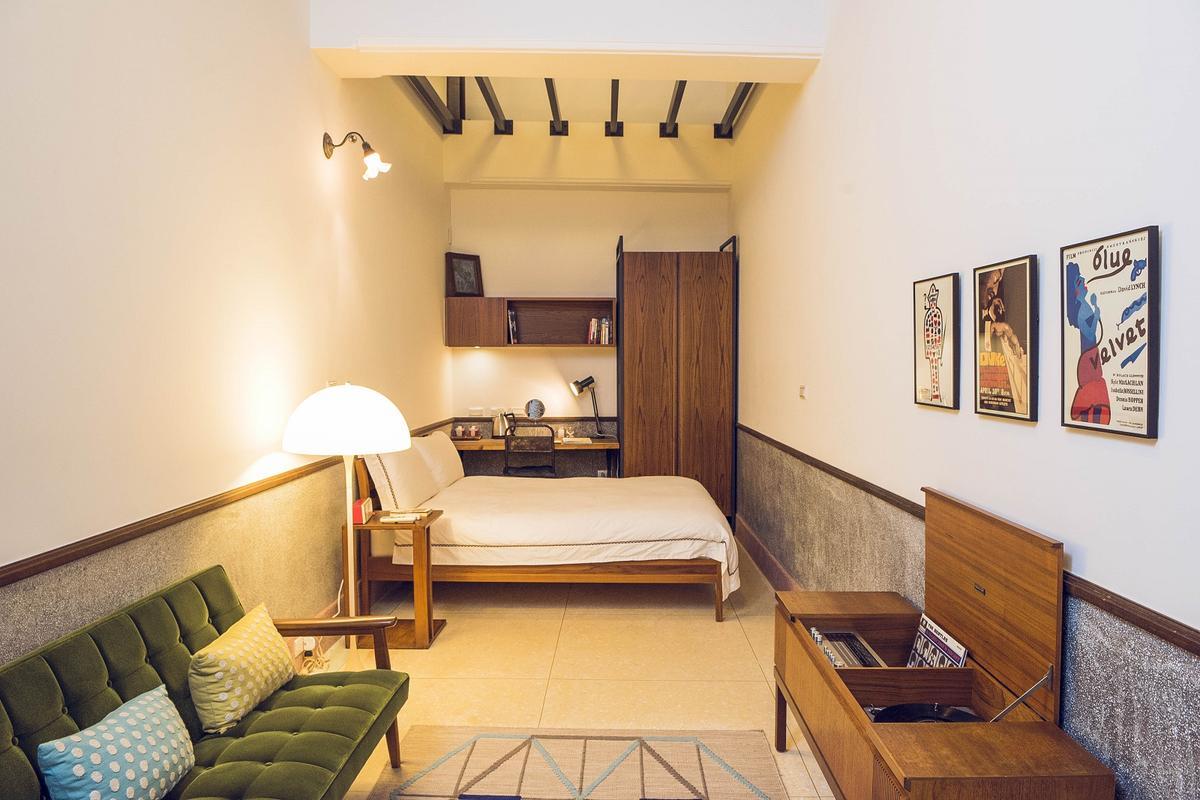 為了保留歷史建物修復後的牆面與地板,客房設計盡量簡單、不做多餘裝潢覆蓋。(攝影:林志陽)
