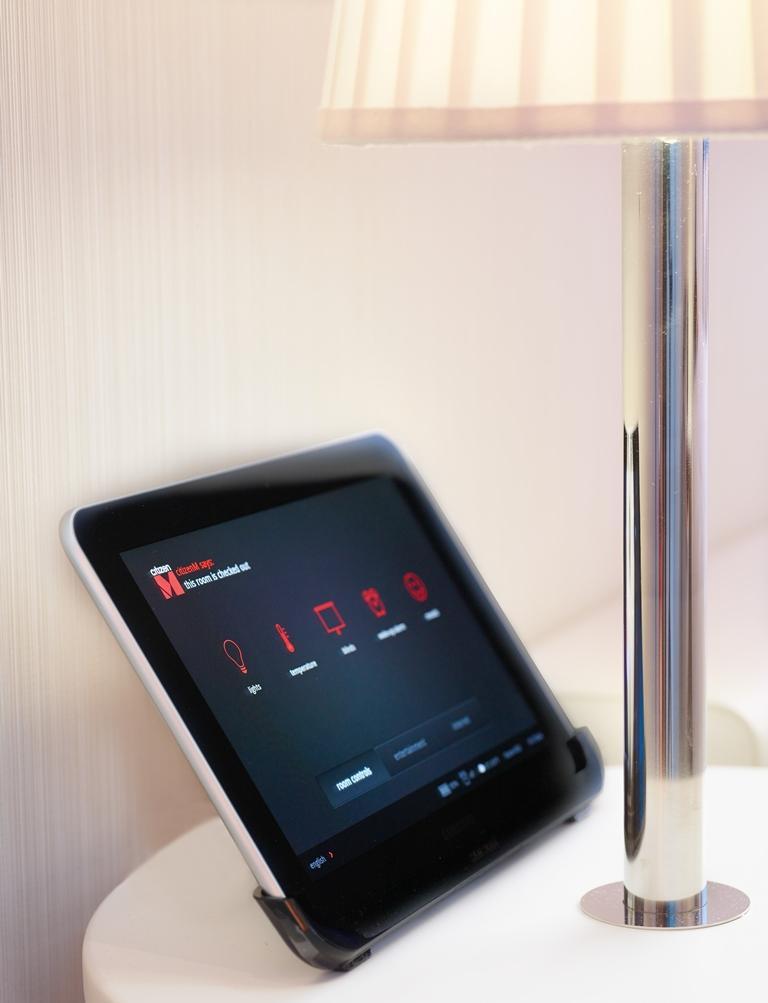 「Mood Pad」讓住客只要透過觸控螢幕,就能控制燈光、窗簾、電視、音響等大部分的開關。
