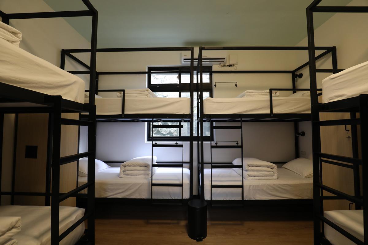 據點特別打造兩間有如行軍床的客房,讓住客體驗到軍營睡一晚的感覺。