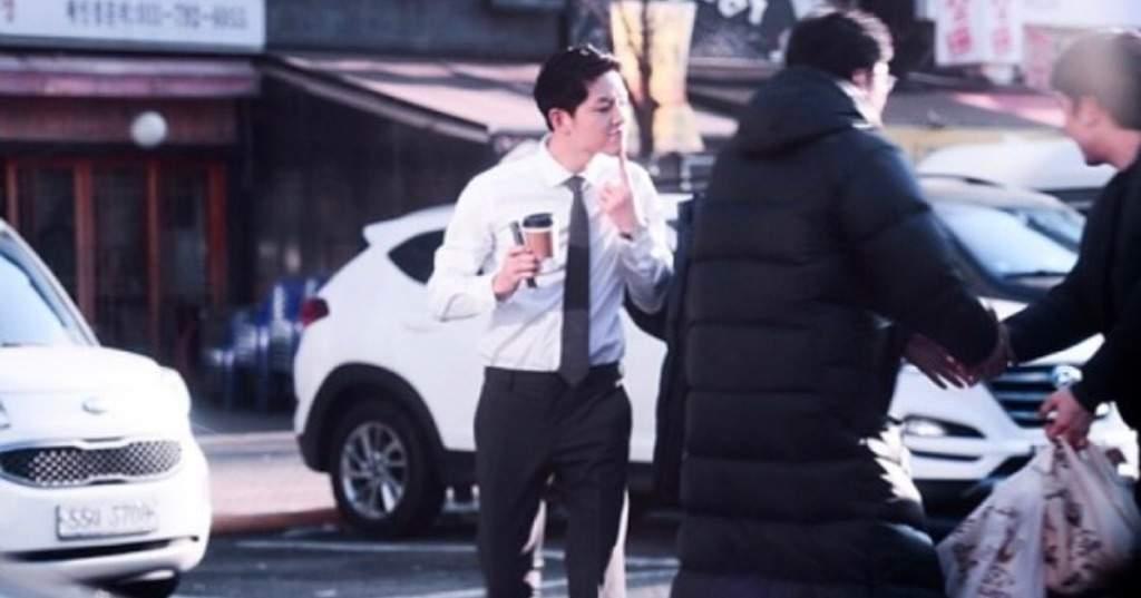 宋仲基於2月現身《Man to Man》拍攝現場,力挺《太陽的後裔》編劇金元碩,客串銀行職員。(網路圖片)