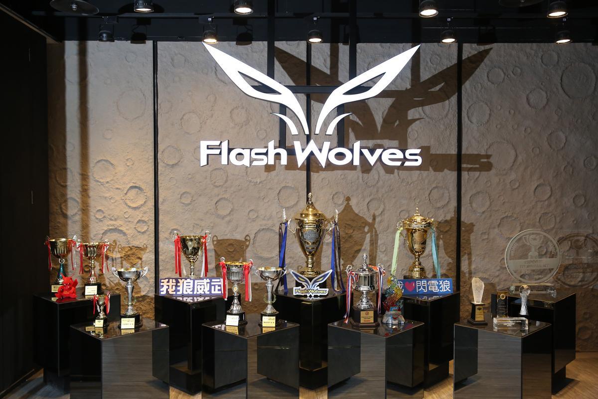 閃電狼的訓練基地位於台中,一進門口就能看到歷年各大競賽的奪冠獎盃,展現戰隊的堅強實力