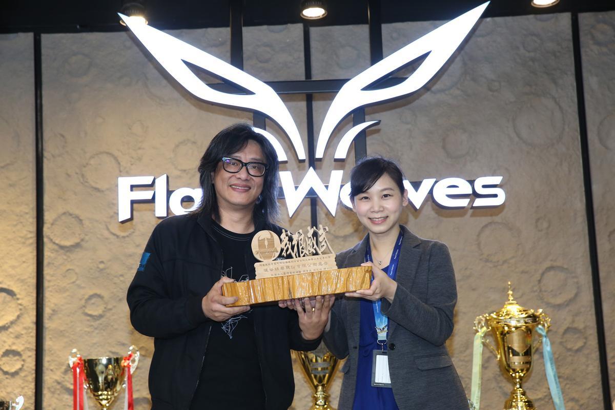 領隊畢怜禮代表領取「台灣榮譽戰隊」獎項,獎座底部為台灣檜木製成