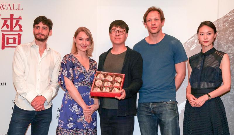 高雄市文化局長尹立(中間)以在地的綠豆椪,歡迎《愛之牆》劇組來高雄拍戲。
