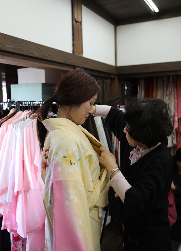 在「Yosohohi處二葉」有專人幫助穿上和服。