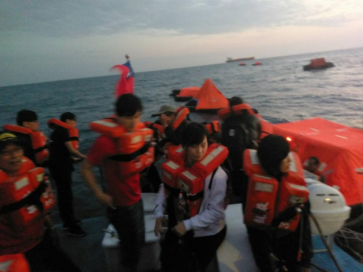 海巡署獲報後立刻趕赴救援。
