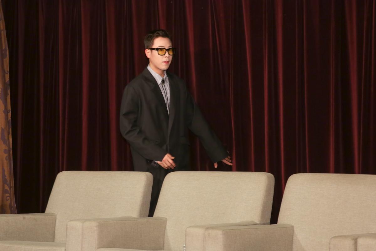 P.O在記者會開場時突然獨自現身,原來是走錯路。