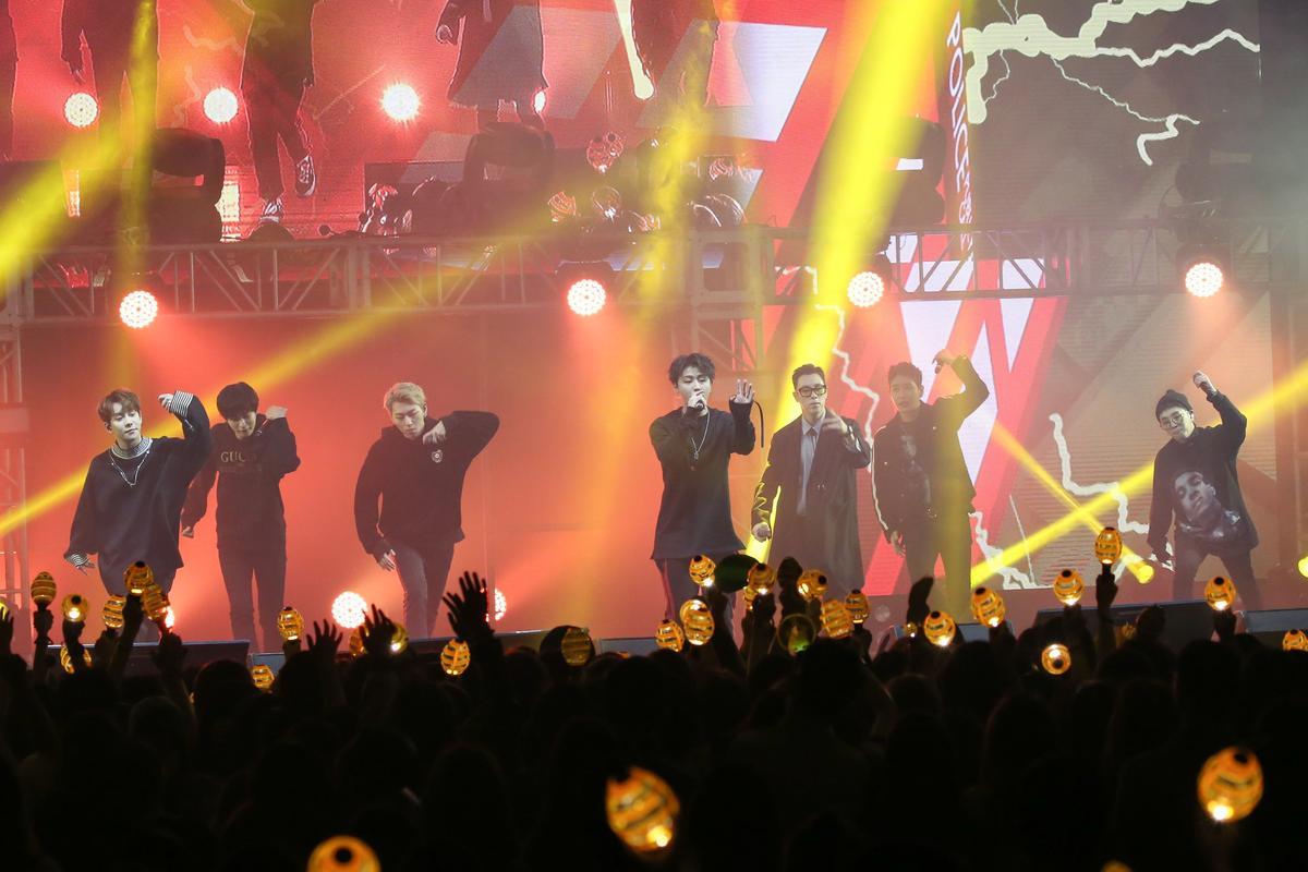 U-Kwon(中)生日,演唱會尾聲全場為他慶生。