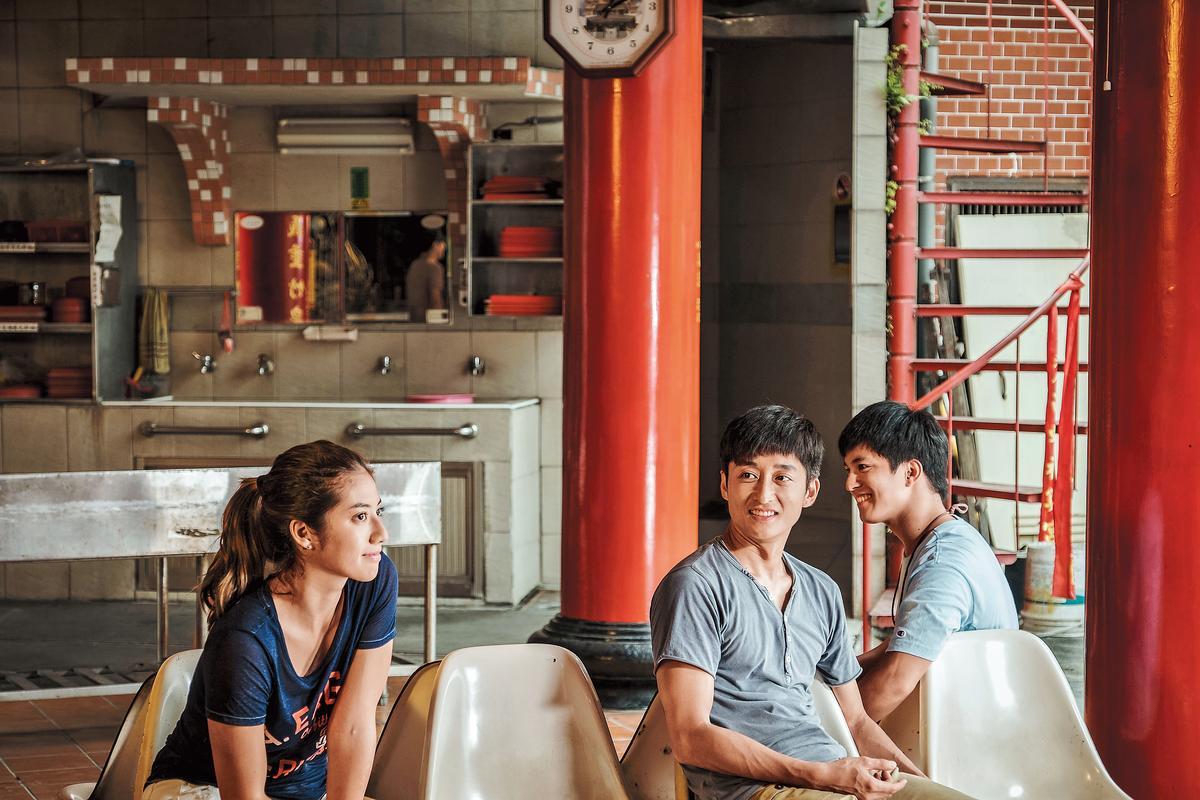 新人導演黃熙指導的《強尼凱克》,描寫都會家庭的故事,找來侯孝賢監製,才開鏡就受到關注。(左起瑞瑪席丹、柯宇綸、黃遠)