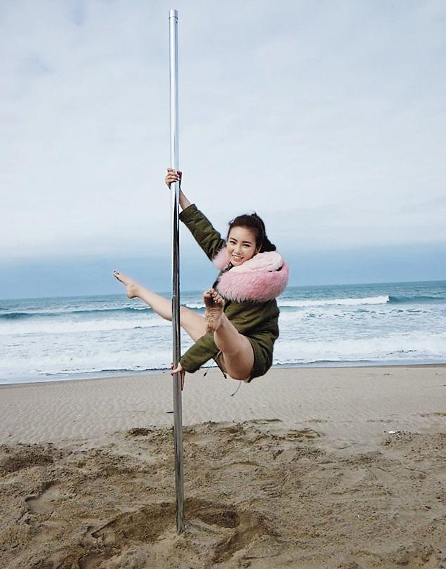 舒子晨在沖繩海邊跳鋼管拍攝寫真集。(翻攝自舒子晨臉書)
