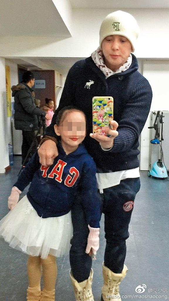 嫩妻孫雲玲要求離婚,把4歲女兒莫芷嫣(左)丟給莫少聰(右)撫養,據了解,忙著中、港兩邊工作的他,只能找來莫媽媽幫忙照顧。(翻攝自莫少聰微博)