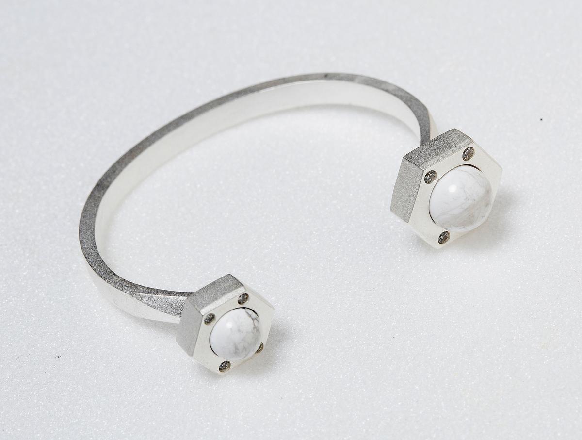 momo's march白珍珠地平線手環。NT$7,880