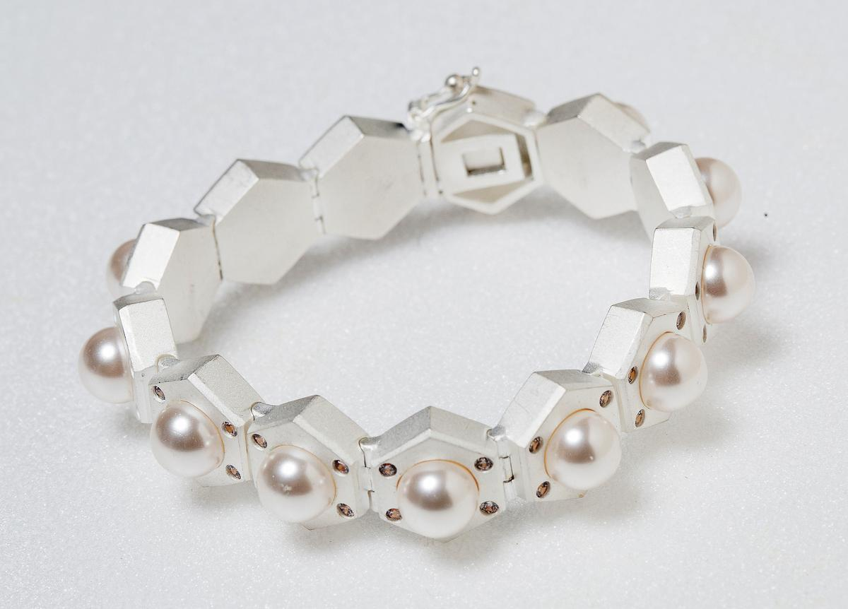momo's march白松石倒映手環。NT$4,980