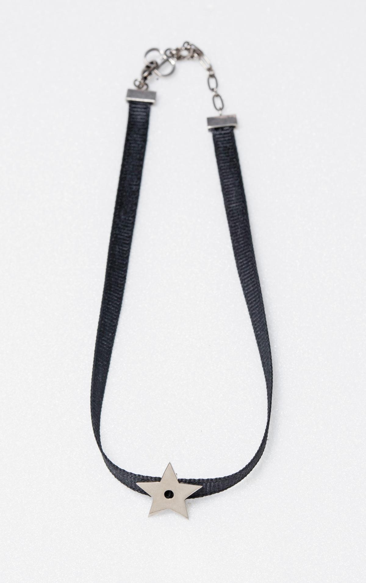 Dior銀色星星與黑色羅紋緞帶頸鍊。NT$10,000