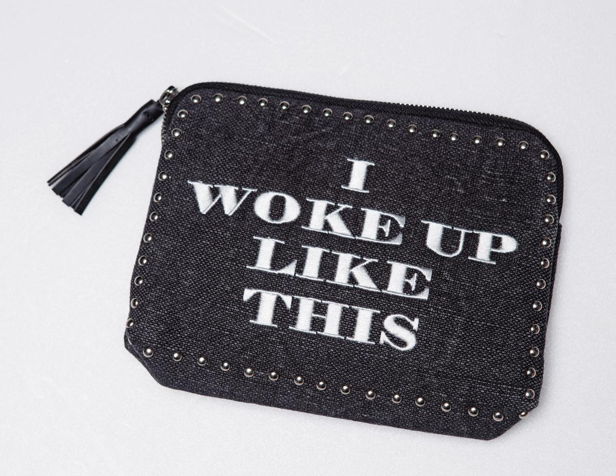 孫芸芸設計的「I woke up like this」化妝包。約NT$599