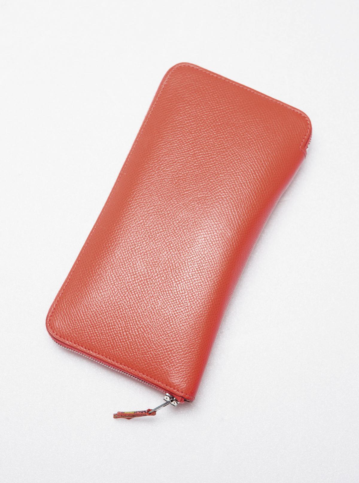 婆婆送的HERMÈS絲巾皮夾,可以跟同色系包款成對搭配。約NT$30,000