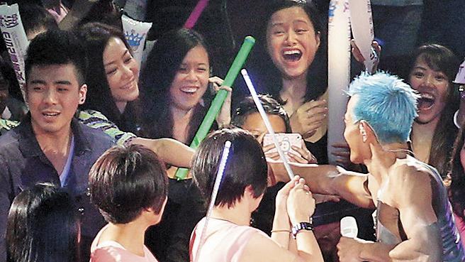 2013年3月,郭富城在演唱會上與熊黛林握手,沒想到卻是分手之握。(東方IC)