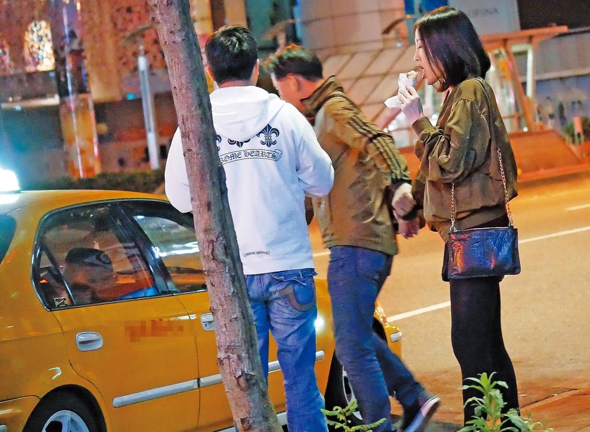 4月4日,01:20,小楊千嬅邊吃香腸邊被戴錫欽拉上計程車。