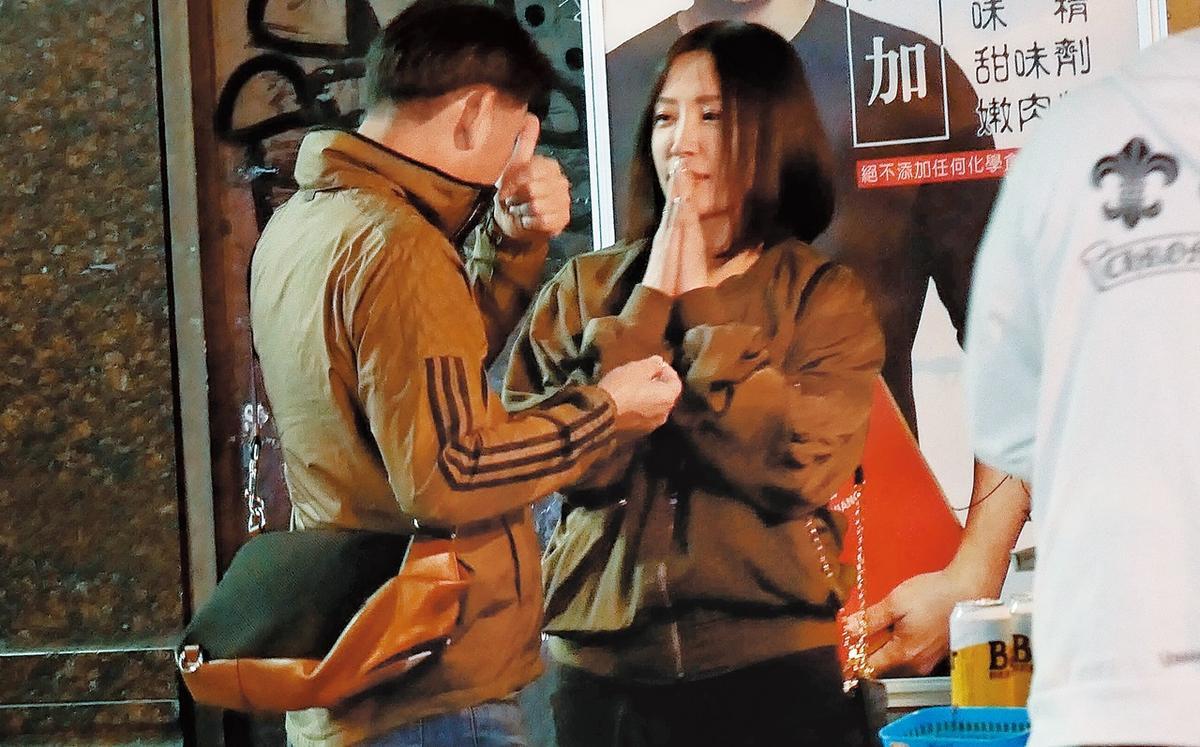 4月4日,01:08,戴錫欽和一旁穿情侶外套的新歡,兩人耐心等香腸。