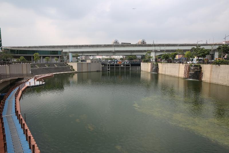白曉燕被撕票棄屍在新北中港大排,如今人事已非,大排二側多了許多間鐵皮工廠。
