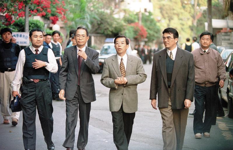 現為駐日代表的謝長廷(右2),曾出任陳進興妻子張素貞的辯護人,引發爭議,此後不再談論白案。(中央社)