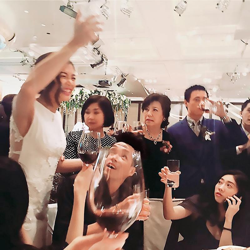 周玟君(左)在婚宴上看來喝得很嗨,蔣方智怡(右二)看傻了眼,而蔣友青(右一)相對則冷靜許多,他們一桌一桌敬酒。(翻攝自TEINWAWA IG)